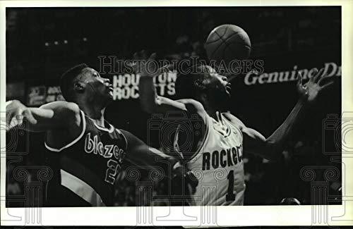 (Vintage Photos 1990 Press Photo Rockets Buck Johnson; Blazers Jerome Kersey Battle Rebound)