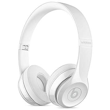 En la oreja los auriculares inalámbricos Beats Blanco barnizado