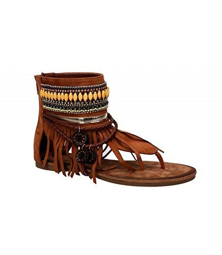 Sandalia plana. Detalle flecos y decoración étnica en el tobillo. Cierre mediante cremallera trasera. Camel