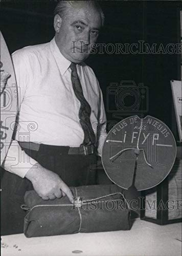 Historic Images - 1951 Vintage Press Photo Man Presents Packaging Machine, Autumn Invention Expo, ()