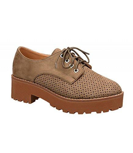 Zapato alto. Detalle troquelado en la puntera. Cierre mediante cordones. Altura de la suela 5.0 cm. Verde