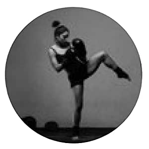 alfombrilla de ratón Entrenamiento de la mujer joven de boxeo en un gimnasio de edad oscura - ronda - 20cm