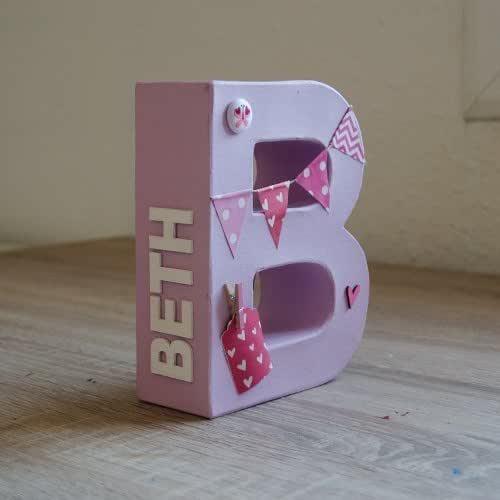 Letras para niño y bebé pintadas y decoradas en tonos rosas. Para recién nacidos, cumpleaños, baby shower, letras decorativas para habitación bebé. Nombre personalizado en el lateral en color blanco.