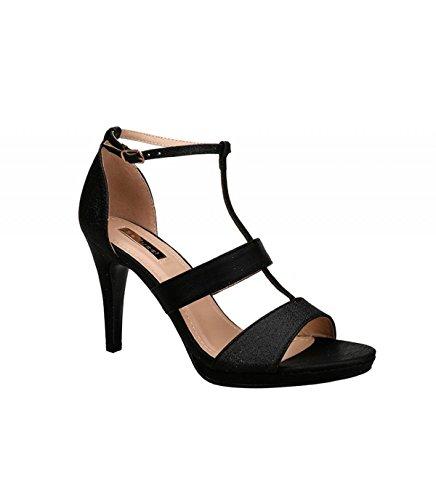 Sandalia de tacón alto color negro. Detalle multitiras en el empeine. Cierre mediante hebilla en la pulsera en el tobillo. Altura del tacón 9.5 cm. Negro