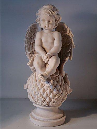 Angel sentado en piña