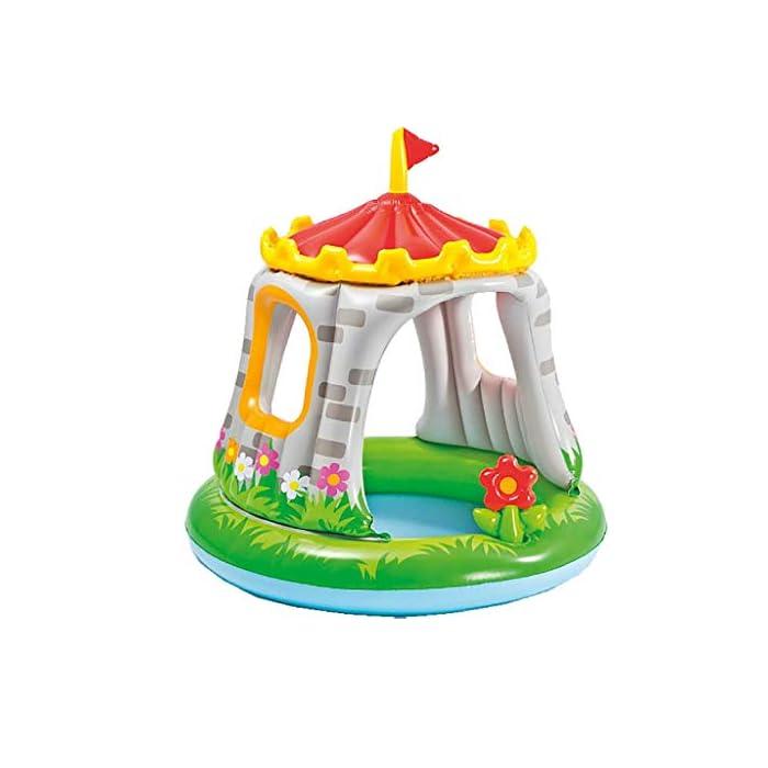 Piscina hinchable Intex para bebé con forma de castillo, tiene unas medidas de 122 x 122 cm y capacidad para 74 litros/agua La piscina está cubierta y proporciona sombra parcial, así como también protege del sol Incorpora una flor hinchable extraíble