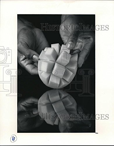 1991 Press Photo How to cut a mango - 748