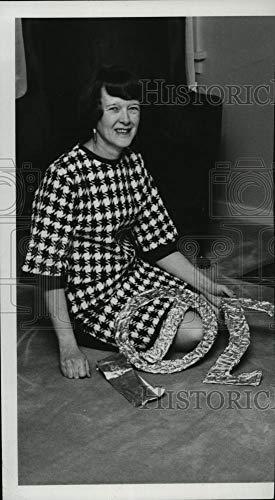 Historic Images - 1967 Vintage Press Photo Mrs. Howard (Bina) Luiten, Theta Sigma Phi - spb05011 ()