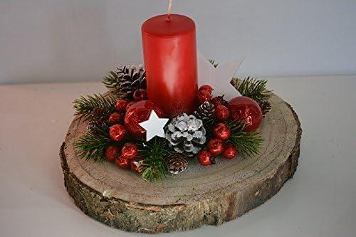 Centro de mesa navideño sobre una sección de madera de abedul ...