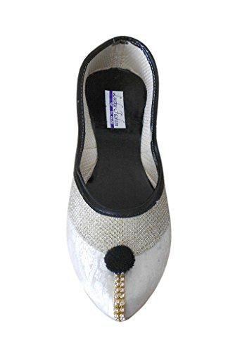 KALRA Creations Damen traditionellen Rexine mit Sequenz Arbeit indischen ethnischen Schuhe Silber