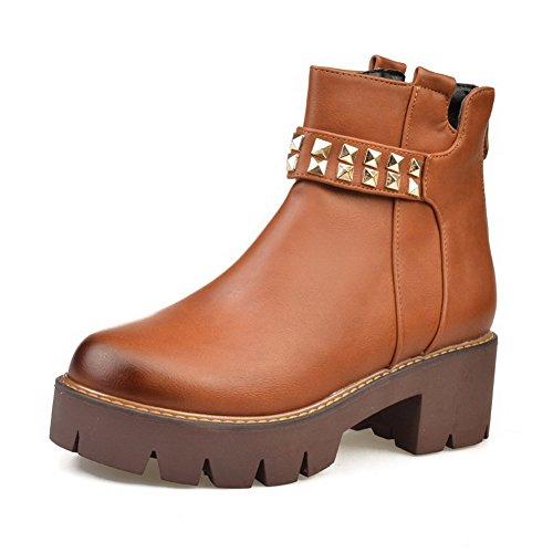 AllhqFashion Damen Reißverschluss Mittler Absatz Eingelegt Stiefel mit Metalldekoration Braun