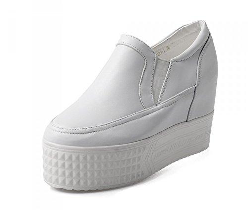 Aisun Damen Modisch Low Top Lacklederoptik Durchgängiges Plateau Sneaker Weiß