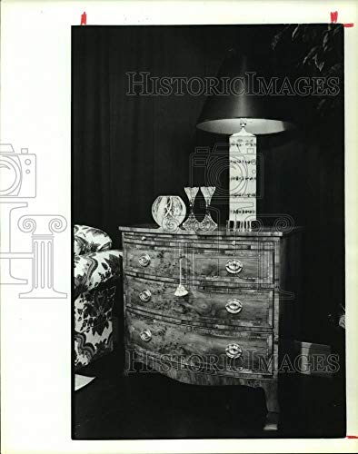 Bow Georgian - 1990 Press Photo Georgian bow-front antique wooden chest - hcp04125