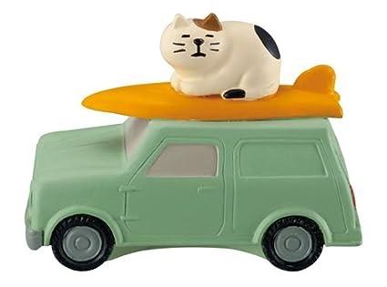 Figura con coche tabla de surf y gato de Japón