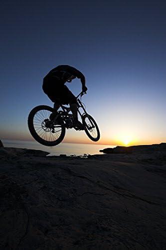 De silueta de una persona que realizan acrobacias en una bicicleta ...