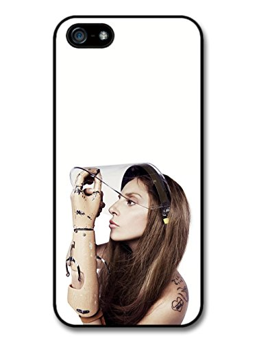 Lady Gaga Wearing Helmet Arm Artpop coque pour iPhone 5 5S