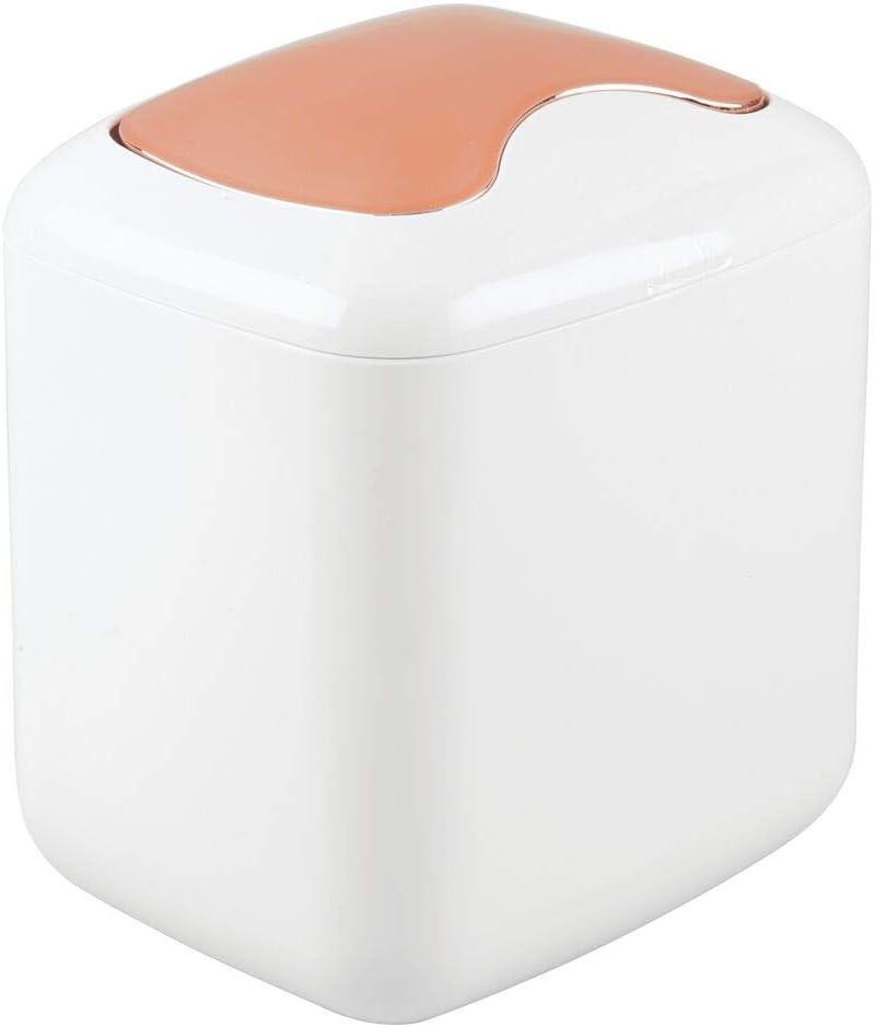 mDesign Papelera con tapa basculante para sobremesa – Cubo de basura de baño para desechos cosméticos – Práctico contenedor de residuos de plástico de 2,7 litros de capacidad – blanco/dorado rojizo