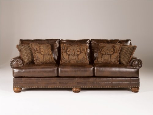 Ashley Furniture Signature Design – Chaling Sofa with 5 Accent Pillows – Traditional and Weatherworn Style – Brown