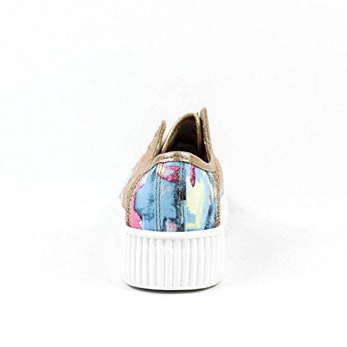Zapato casual color oro. Detalle estampado lateral. Cierre mediante cordones. Altura de la suela 4.0 cm. Oro