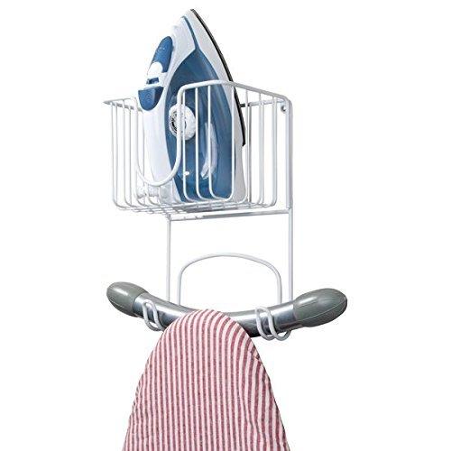 mDesign piccolo Porta ferro da stiro a parete – Struttura per asse da stiro a muro con ripiano portaoggetti – Arredo lavanderia per asse, ferro e accessori vari – bianco MetroDecor