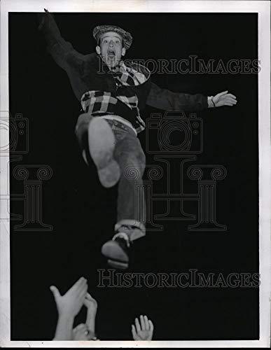 Photo Jump Shot - Historic Images - 1955 Vintage Press Photo a Jump shot for Fred Knippenburg