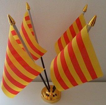 4 de la bandera de Cataluña de la bandera de España de sobremesa ...