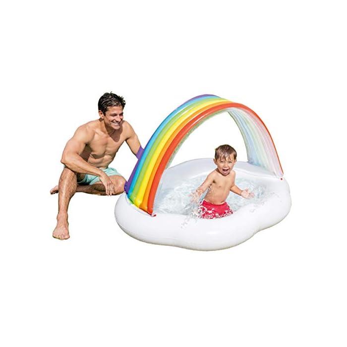 La primera piscina de tu peque, con la piscina hinchable para bebé Intex la diversión está asegurada El hinchable mide 142x 119x84 cm y está fabricado en vinilo resistente de 0,25 mm de grosor Tiene un colorido parasol con forma de arcoíris y una capacidad para 82 litros, tras llenar la piscina el nivel agua llega a los 13 cm