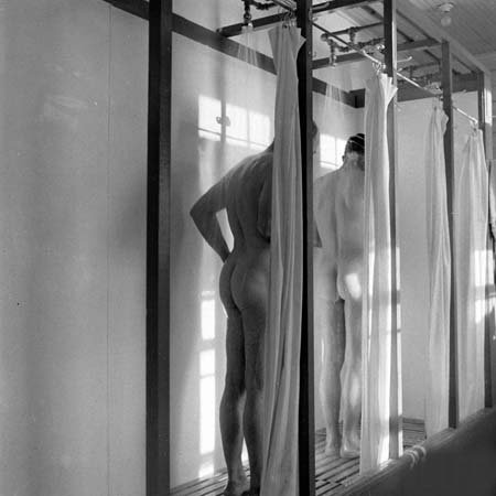 Photo Nude Men in the Shower c1940