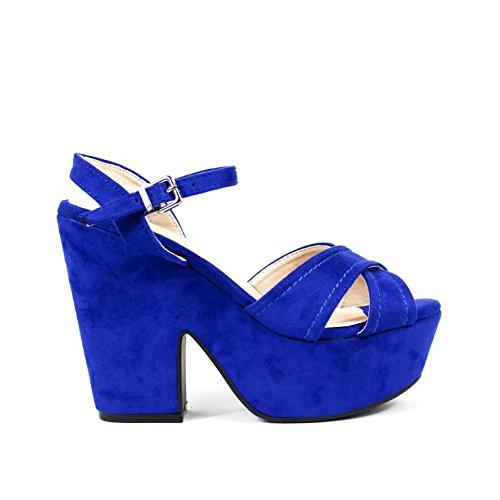 Sandalia de tacón ancho. Tiras anchas cruzadas en la pala. Detalle pespuntes en las tiras. Cierre mediante hebilla en pulsera en el tobillo. Altura del tacón 7.5 cm. Azul