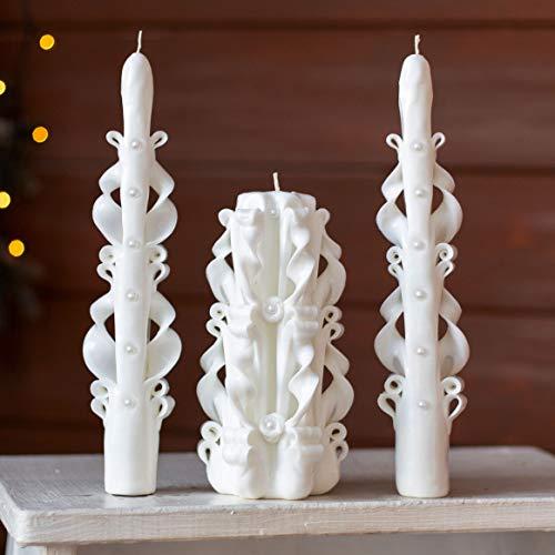 Vela tallada en un pilar marron beige. Idea de regalo unica hecha a mano para ella y para el: Navidad, Pascua, Dia de la Madre.