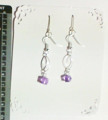 1 Paire de boucles d'oreilles pendantes chaine, perle violet. Accessoires couleur argenté.