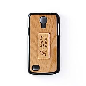 Carved on Wood Everyday I'm shuffling Carcasa Protectora Snap-On en Plastico Negro para Samsung® Galaxy S4 Mini de Chargrilled + Se incluye un protector de pantalla transparente GRATIS