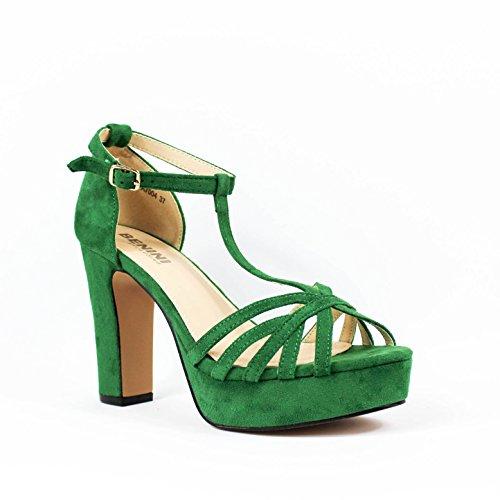 Sandalia tacón. Detalle multitiras en la pala. Cierre mediante hebilla lateral en pulsera. Tacón ancho y plataforma. Altura de tacón 10.5 cm. Verde