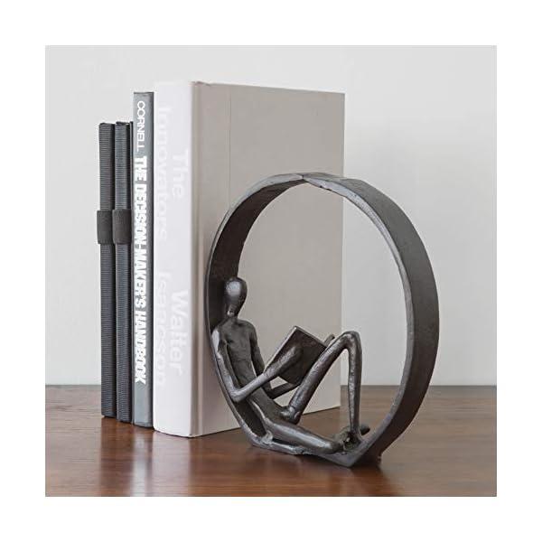 Escultura de hierro de hombre leyendo un libro