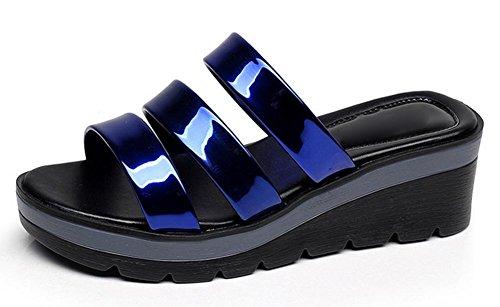 pendiente de moda de verano con la mujer de gran tamaño cómodo en sandalias y zapatillas con las sandalias planas antideslizantes las mujeres deep blue