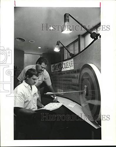 1991 Press Photo Joe Ray Chavez, Tom Acton, employees of Enron, Houston Texas