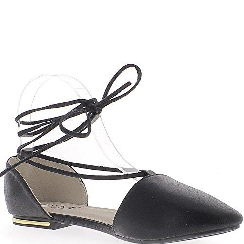 Scharfe schwarzen offenen Ballerinas mit Spitze um den Knöchel