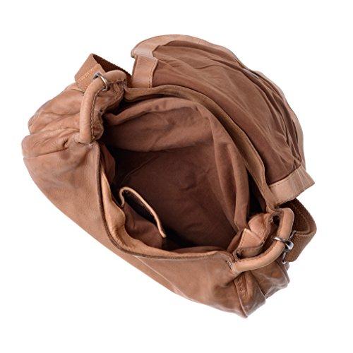 Gewaschene Damentasche aus Leder nach Fertigstellung eingefärbe mit Träger und Überschlag der Marke DUDU Nut Brown