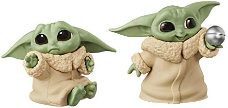 Star Wars The Bounty Collection The Child 5,5 cm großer The Mandalorian Baby Yoda, mit Schmuse-Pose und Ball, Figuren 2er-Pack