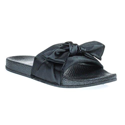 Platte Pantoffelsandaal Met Dik Gevormd Voetbed En Satijn Boven- En Bovenkant Met Zwart Satijn