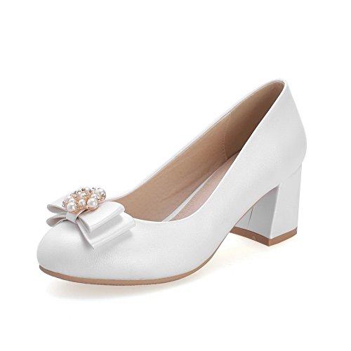 AllhqFashion Damen PU Leder Mittler Absatz Rund Zehe Rein Ziehen auf Pumps Schuhe Weiß