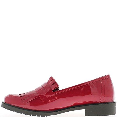 Vernice di colore rosso delle donne di mocassini con frange