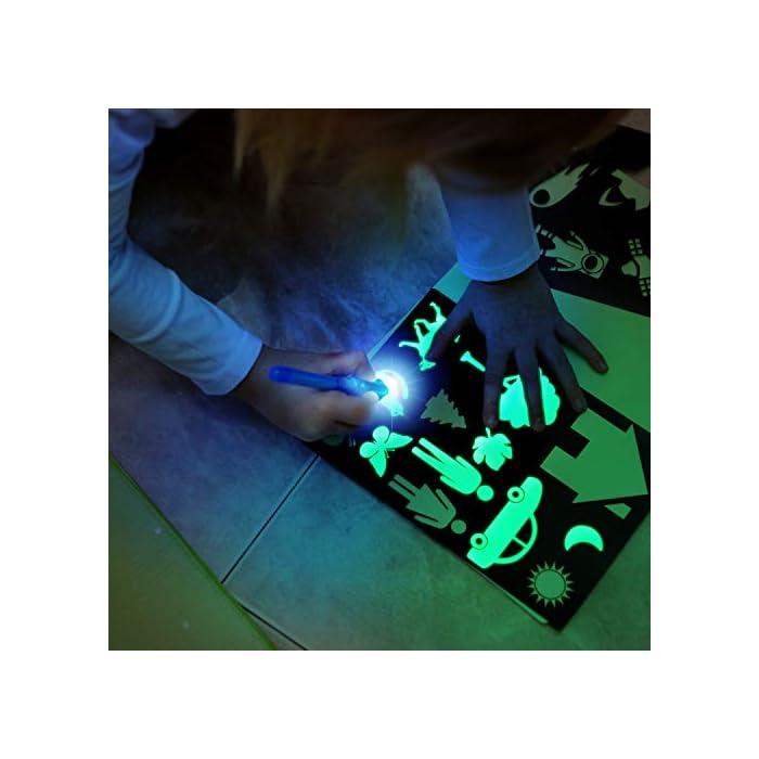 41UJj7g1lQL 🌟 DIBUJOS MÁGICOS CON LUZ: Realiza vibrantes dibujos luminosos con nuestra pizarra infantil. Educativa y Multifuncional mantendrá al niño divertido y fomentará la creatividad e imaginación de forma original e interactiva. El tablero fotoluminescente atrapa la luz permitiendo generar dibujos en la oscuridad que duran hasta 15 minutos en la pizarra antes de desvanecerse. 🌟 MOMENTOS ÚNICOS CON TUS HIJOS: Ideal para compartir tiempo entre padres e hijos en los momentos de relajación y descanso antes de ir a dormir. Potencia el vínculo afectivo compartiendo y fomentando la imaginación de tu niño. 🌟 ACCESORIOS DE DIBUJO: Junto a su pizarra recibirá un bolígrafo mágico que permite dibujar con Luz Real, y 2 plantillas de números y formas para realizar los más creativos y originales dibujos.