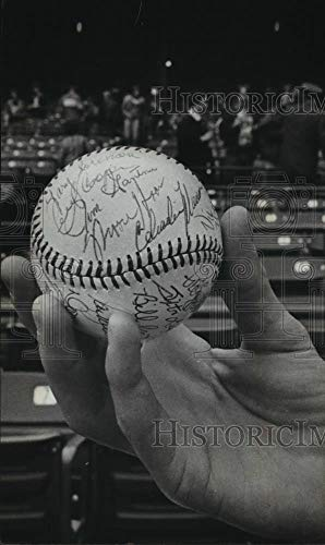 1981 Press Photo Tom Peckman's Autographed Baseball Of Milwaukee Brewers Players - Historic -
