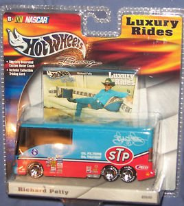 Hot Wheels Richard Petty STP Luxury Rides Motor Coach Nascar 1:64 Diecast Racing