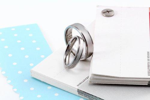 JewelryWe Bijoux Bague Femme Mat Simple Anniversaire Mariage Acier Inoxydable Anneaux Fantaisie Couleur Argent Largeur 4mm Avec Sac Cadeau(Taille de Bague Optionnel)