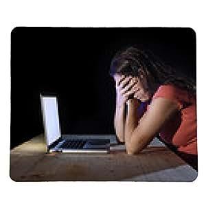 alfombrilla de ratón trabajador o mujer estudiante que trabaja tarde en la noche del ordenador en el estrés - rectangular - 23cm x 19 cm