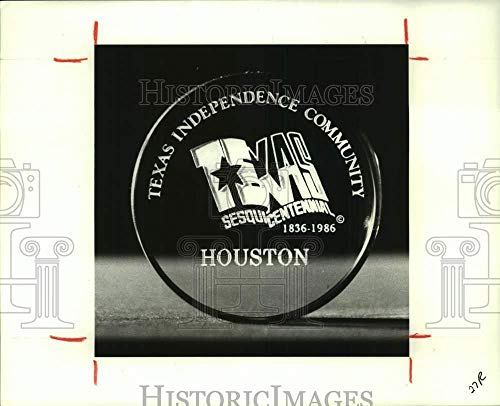 Vintage Photos 1986 Press Photo Texas Sesquicentennial and Houston Paperweight - hca62675