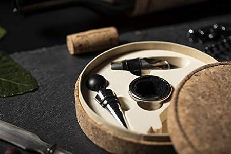 MKTOSASA - Set de Vinos con Acabado en Corcho Natural e Interior Troquelado en color Beige. 4 Accesorios de Acero Inoxidable: Sacacorchos, Tapón, Dosificador y Recogegotas - 15x4x15