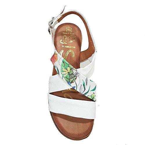 Sandalia piel blanca. Tiras blanca y flores. Talla 39